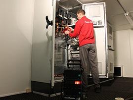 SPL werkt aan een besturingskast of schakelkast